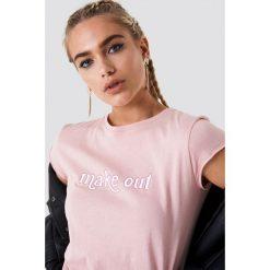 NA-KD T-shirt Make Out - Pink. Różowe t-shirty damskie NA-KD, z nadrukiem, z dzianiny, z okrągłym kołnierzem. Za 40.95 zł.