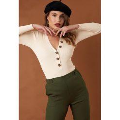 NA-KD Trend Sweter z guzikami - Offwhite. Brązowe swetry damskie NA-KD Trend, dekolt w kształcie v. Za 141.95 zł.