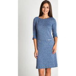 Granatowa melanżowa sukienka z zamkami na biodrach QUIOSQUE. Niebieskie sukienki damskie QUIOSQUE, na jesień, z dzianiny, z dekoltem na plecach, z długim rękawem. Za 199.99 zł.