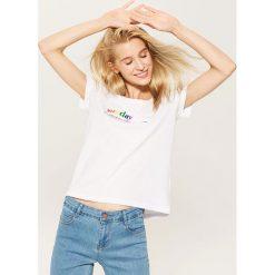 Koszulka z napisem - Biały. Białe t-shirty damskie House, z napisami. W wyprzedaży za 15.99 zł.