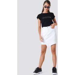 NA-KD Trend T-shirt z błyszczącym napisem Revolution - Black. Czarne t-shirty damskie NA-KD Trend, z napisami, z okrągłym kołnierzem. W wyprzedaży za 51.07 zł.