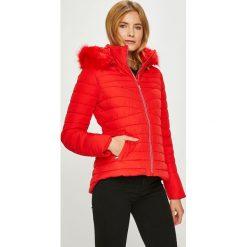 Guess Jeans - Kurtka Lorelie. Czerwone kurtki damskie Guess Jeans, z aplikacjami, z jeansu. Za 899.90 zł.