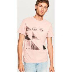 T-shirt z nadrukiem - Różowy. Czerwone t-shirty męskie Reserved, z nadrukiem. Za 29.99 zł.