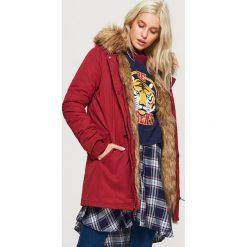 Zimowy płaszcz z eko futrem - Bordowy. Czerwone płaszcze damskie Cropp, na zimę. W wyprzedaży za 149.99 zł.