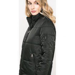 Jacqueline de Yong - Kurtka. Czarne kurtki damskie Jacqueline de Yong, z materiału. W wyprzedaży za 89.90 zł.