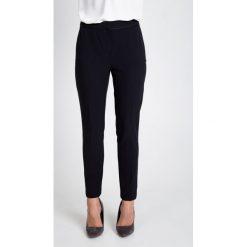 Klasyczne spodnie w kant QUIOSQUE. Szare spodnie materiałowe damskie QUIOSQUE, z tkaniny. W wyprzedaży za 89.99 zł.