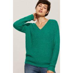 Sweter z dekoltem w serek - Zielony. Zielone swetry damskie House, z dekoltem w serek. Za 69.99 zł.