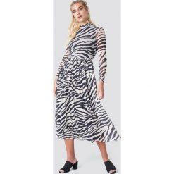 NA-KD Trend Siateczkowa sukienka midi z długim rękawem - Black,Multicolor. Czarne sukienki damskie NA-KD Trend, ze stójką, z długim rękawem. W wyprzedaży za 135.80 zł.