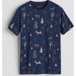 T-shirt z leśnym printem - Granatowy. Niebieskie t-shirty męskie Reserved. Za 49.99 zł.