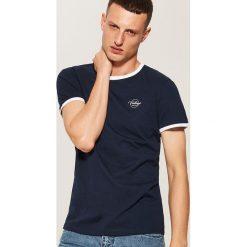 T-shirt z kontrastowym obszyciem - Granatowy. Niebieskie t-shirty męskie House, z kontrastowym kołnierzykiem. Za 35.99 zł.