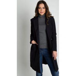 Czarny płaszcz wiązany paskiem w talii BIALCON. Czarne płaszcze damskie BIALCON, biznesowe. W wyprzedaży za 407.00 zł.