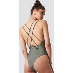NA-KD Swimwear Błyszczący kostium kąpielowy z podwójnymi paskami - Green. Zielone kostiumy jednoczęściowe damskie NA-KD Swimwear, w paski. Za 121.95 zł.