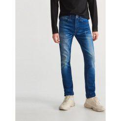 Przecierane jeansy - Granatowy. Jeansy męskie marki bonprix. Za 129.99 zł.