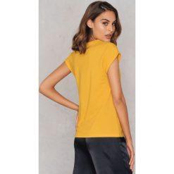 Rut&Circle Klasyczny T-shirt Ellen - Yellow. Żółte t-shirty damskie Rut&Circle, z klasycznym kołnierzykiem. Za 80.95 zł.