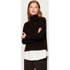Sweter z koszulową wstawką - Czarny. Czarne swetry damskie Mohito, z koszulowym kołnierzykiem. Za 129.99 zł.