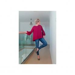 Bordowa bluzka z mega bufiastymi rękawami. Czerwone bluzki damskie Ekoszale, z bawełny, biznesowe, z dekoltem na plecach. Za 110.00 zł.
