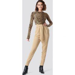 NA-KD Eleganckie spodnie z wiązaniem - Beige. Brązowe spodnie materiałowe damskie NA-KD, z poliesteru. Za 161.95 zł.