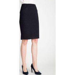 Granatowa spódnica z błyskiem QUIOSQUE. Szare spódnice damskie QUIOSQUE, z dzianiny, biznesowe. W wyprzedaży za 96.00 zł.