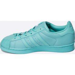 Adidas Originals - Buty Superstar Glossy. Szare obuwie sportowe damskie adidas Originals, z materiału. W wyprzedaży za 299.90 zł.