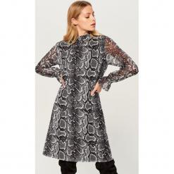 Sukienka z długimi rękawami - Szary. Szare sukienki damskie Mohito, z długim rękawem. Za 119.99 zł.