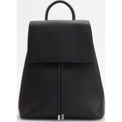 Plecak w minimalistycznym stylu - Czarny. Czarne plecaki damskie Reserved. Za 349.99 zł.