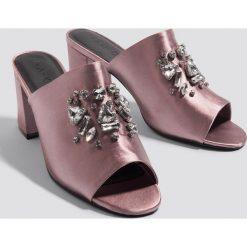 NA-KD Shoes Klapki ze zdobieniami - Pink. Różowe klapki damskie NA-KD Shoes, z satyny. W wyprzedaży za 72.78 zł.