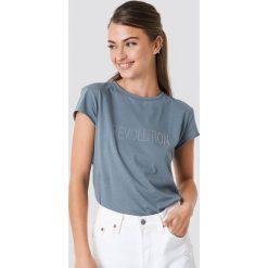 NA-KD Trend T-shirt z błyszczącym napisem Revolution - Blue. Niebieskie t-shirty damskie NA-KD Trend, z napisami, z okrągłym kołnierzem. W wyprzedaży za 51.07 zł.
