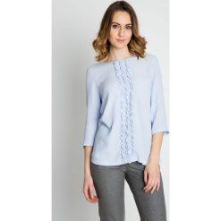 Błękitna elegancka bluzka z falbaną na przodzie BIALCON. Niebieskie bluzki damskie BIALCON, z tkaniny, biznesowe, z falbankami. W wyprzedaży za 178.00 zł.