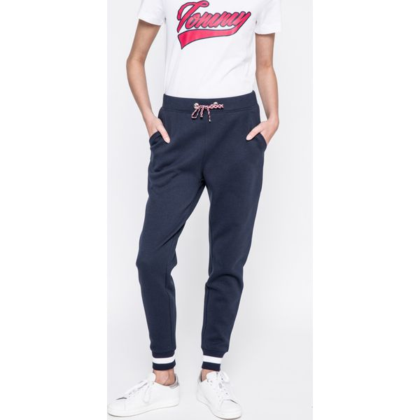 6a718125f2f6c Tommy Hilfiger - Spodnie Caitlin - Szare spodnie materiałowe damskie marki  Tommy Hilfiger. W wyprzedaży za 299.90 zł. - Spodnie materiałowe damskie ...