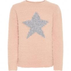 """Sweter """"Razia"""" w kolorze jasnoróżowym. Czerwone swetry dla dziewczynek Name it Kids, z okrągłym kołnierzem. W wyprzedaży za 49.95 zł."""