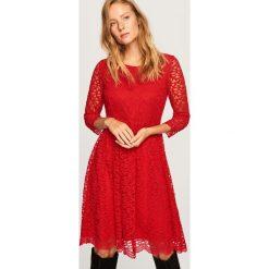 Sukienka z koronki - Czerwony. Czerwone sukienki damskie Reserved, w koronkowe wzory, z koronki. Za 119.99 zł.