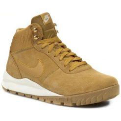 Buty NIKE - Hoodland Suede 654888 727 Haystock/ Light Brown/ Metallic Gold. Brązowe buty sportowe męskie Nike, na zimę, z materiału. W wyprzedaży za 299.00 zł.