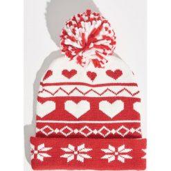 Wzorzysta czapka - Czerwony. Czerwone czapki i kapelusze damskie Sinsay. Za 24.99 zł.