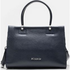 Granatowa torebka damska. Niebieskie torebki do ręki damskie Kazar, w paski, ze skóry. Za 799.00 zł.