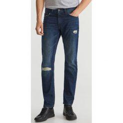 Przecierane jeansy - Granatowy. Niebieskie jeansy męskie Reserved. Za 129.99 zł.