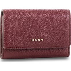 Mały Portfel Damski DKNY - Card Case Id R82ZA503 Blood Red XOD 645. Czerwone portfele damskie DKNY, ze skóry. Za 289.00 zł.