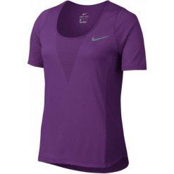 Nike W Nk Znl Cl Relay Top Ss L. Fioletowe topy damskie Nike, z krótkim rękawem. W wyprzedaży za 135.00 zł.