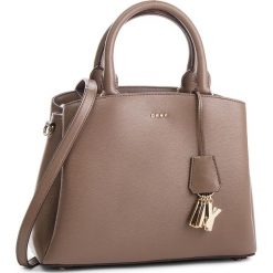 Torebka DKNY - Paige Md Satchel R81D3327 Desert DES. Brązowe torebki do ręki damskie DKNY, ze skóry. Za 1,199.00 zł.