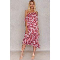 NA-KD Sukienka z odkrytymi ramionami - Pink,Multicolor. Różowe sukienki damskie NA-KD, z poliesteru, z asymetrycznym kołnierzem. Za 161.95 zł.