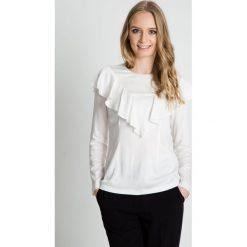 Bluzka w kolorze ecru z ozdobną falbaną BIALCON. Białe bluzki damskie BIALCON, eleganckie. W wyprzedaży za 167.00 zł.