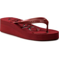 Japonki CALVIN KLEIN JEANS - Tamber R4117 Scarlet/Black. Czerwone klapki damskie Calvin Klein Jeans, w paski, z jeansu. W wyprzedaży za 159.00 zł.