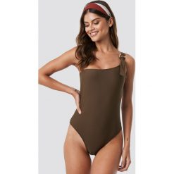 NA-KD Swimwear Kostium kąpielowy na jedno ramię - Brown. Brązowe kostiumy jednoczęściowe damskie NA-KD Swimwear. Za 121.95 zł.