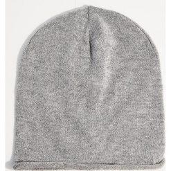Dzianinowa czapka z metalizowaną nicią - Jasny szar. Szare czapki i kapelusze damskie Mohito, z dzianiny. Za 29.99 zł.