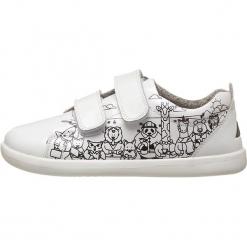 Sneakersy w kolorze białym. Białe trampki i tenisówki chłopięce Bobux, z materiału. W wyprzedaży za 175.95 zł.