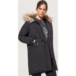 Ciepły płaszcz z kapturem - Czarny. Płaszcze damskie marki FOUGANZA. W wyprzedaży za 129.99 zł.