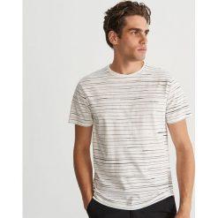 Bawełniany T-shirt w paski - Kremowy. Białe t-shirty męskie Reserved, w paski, z bawełny. Za 39.99 zł.