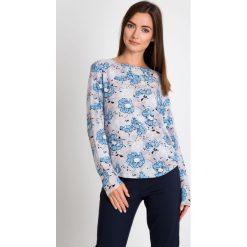 Szara bluzka w niebieskie kwiaty QUIOSQUE. Niebieskie bluzki damskie QUIOSQUE, w kwiaty, z tkaniny, eleganckie, z okrągłym kołnierzem, z długim rękawem. W wyprzedaży za 39.99 zł.