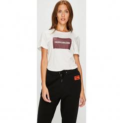 Calvin Klein Jeans - Top. Szare topy damskie Calvin Klein Jeans, z nadrukiem, z bawełny, z okrągłym kołnierzem, z krótkim rękawem. Za 159.90 zł.