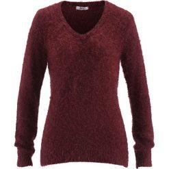 Sweter z przędzy z długim włosem,  z dekoltem w serek bonprix czerwony klonowy. Swetry damskie marki bonprix. Za 49.99 zł.