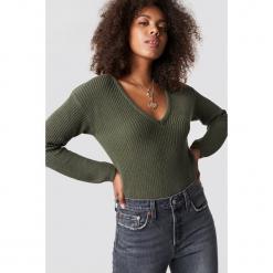 NA-KD Sweter z głębokim dekoltem V - Green. Zielone swetry damskie NA-KD, dekolt w kształcie v. Za 121.95 zł.